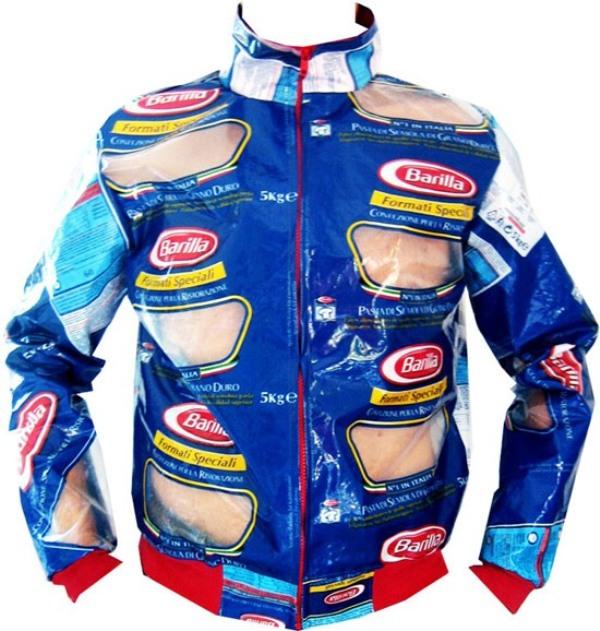 Куртка, сделанная из упаковок от макарон