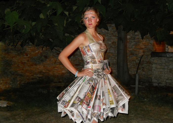 Платье, сделанное из газет