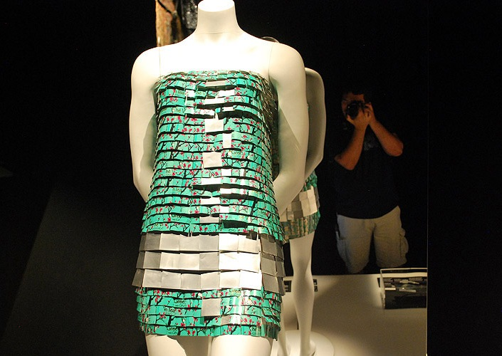 Платье, сделанное из металлических банок