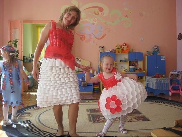 Мама и дочка в платьях из одноразовых стаканчиков