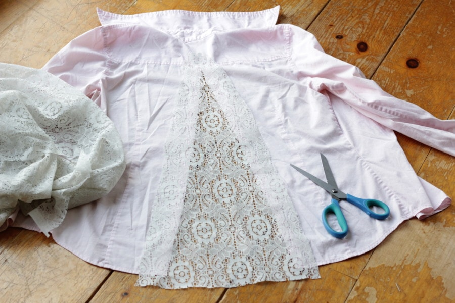 Кружево аккуратно пришито к краям разреза на блузке