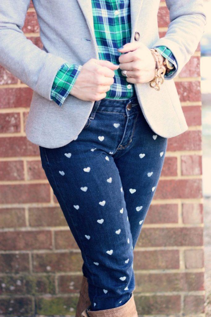 Старые джинсы обновлены рисунком
