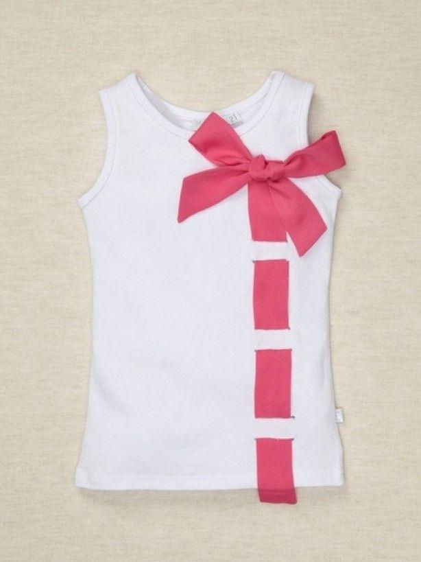 Белая майка украшена розовой лентой с бантом