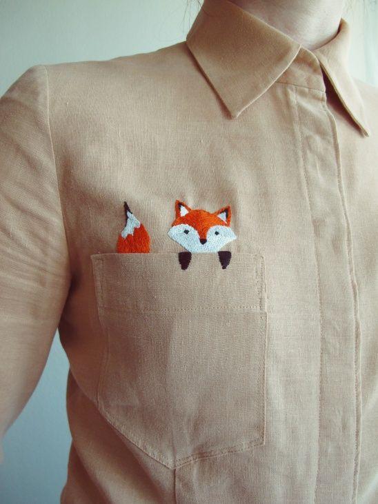 Вышитый лисёнок выглядывает из кармана рубшки