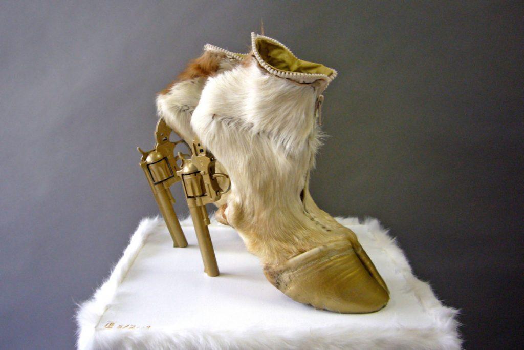 Туфли с каблуком в виде револьвера