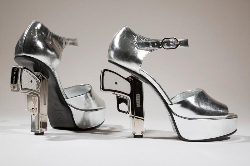 Серебристые босоножки с каблуками-пистолетами