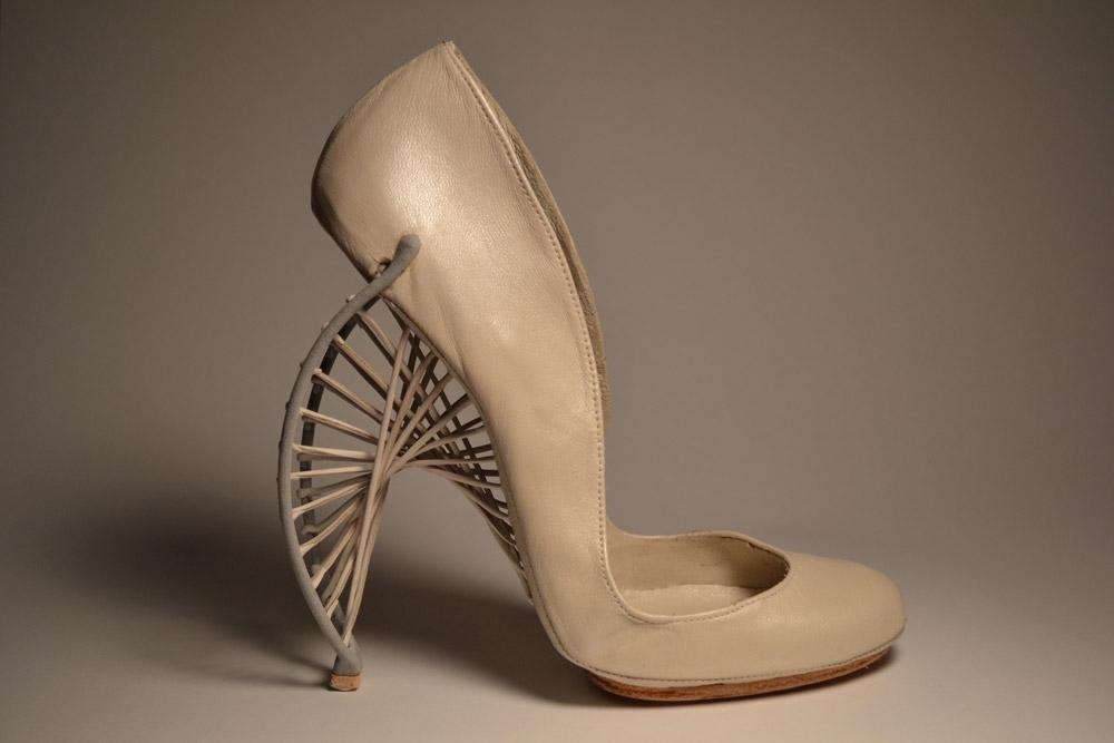 Бежевые туфли-лодочки с изогнутым каблуком