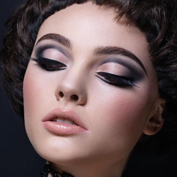 Эффектный макияж глаз со стрелками