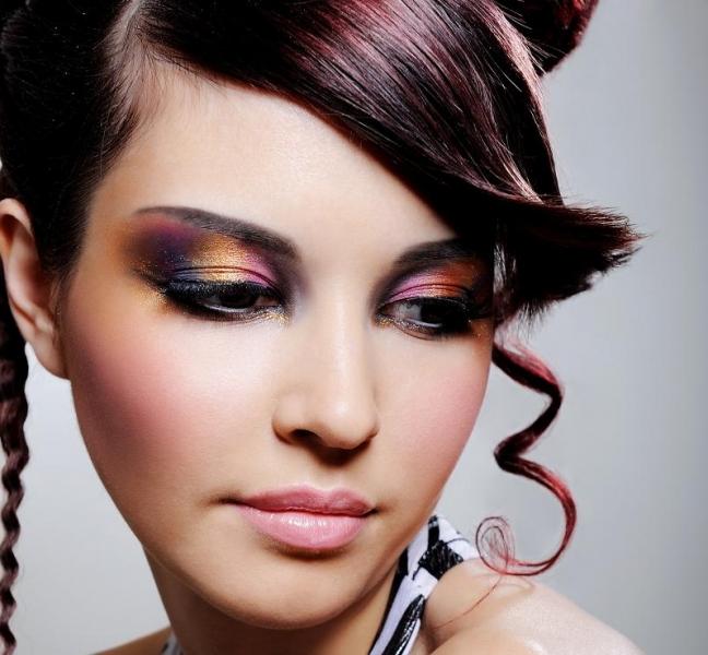 Клубный макияж и причёска с локонами