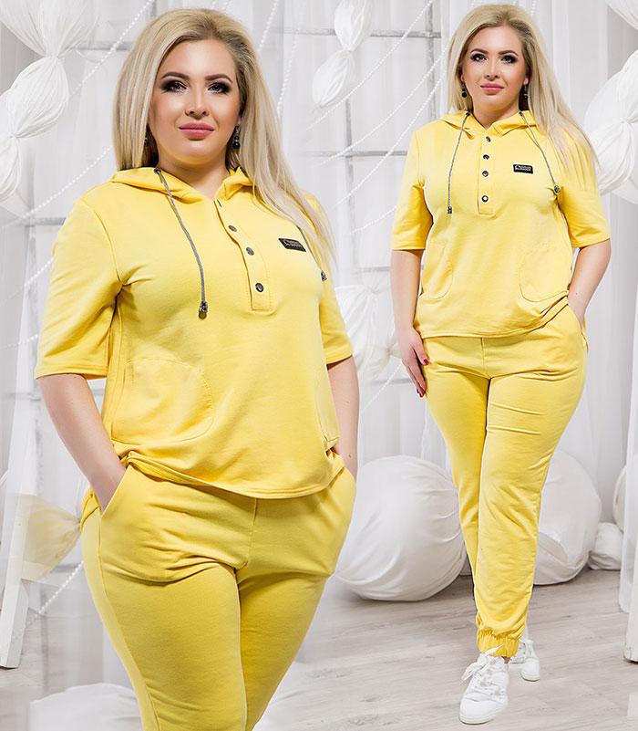 Жёлтый спортивный костюм