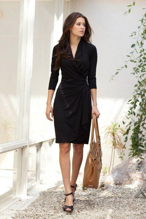 Закрытое чёрное платье в деловом стиле