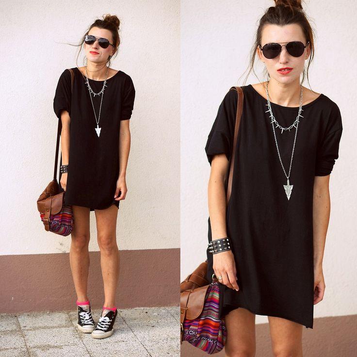 Свободное чёрное платье в сочетании с кедами