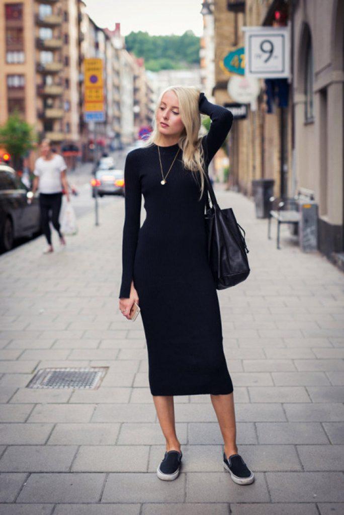 Облегающее чёрное платье в сочетании с кедами