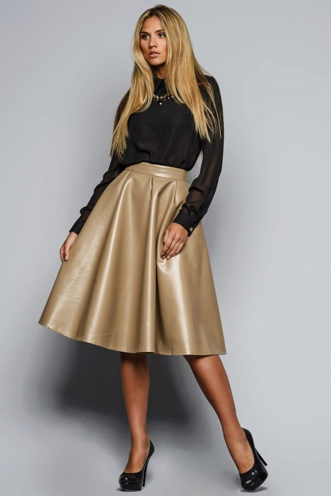 Бежевая кожаная юбка в сочетании с чёрными вещами