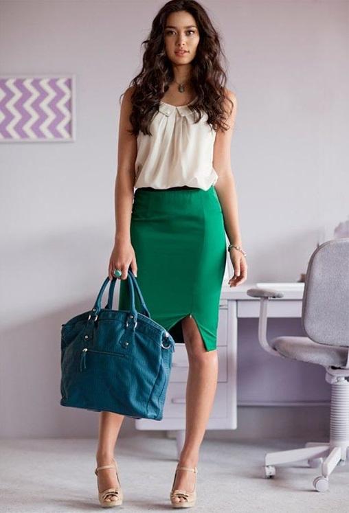 Светлая блузка в сочетании с зелёной юбкой