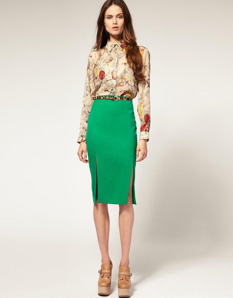 Бежевая принтованная блузка в сочетании с зелёной юбкой