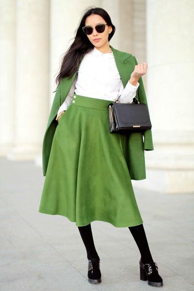 Зелёный костюм с юбкой
