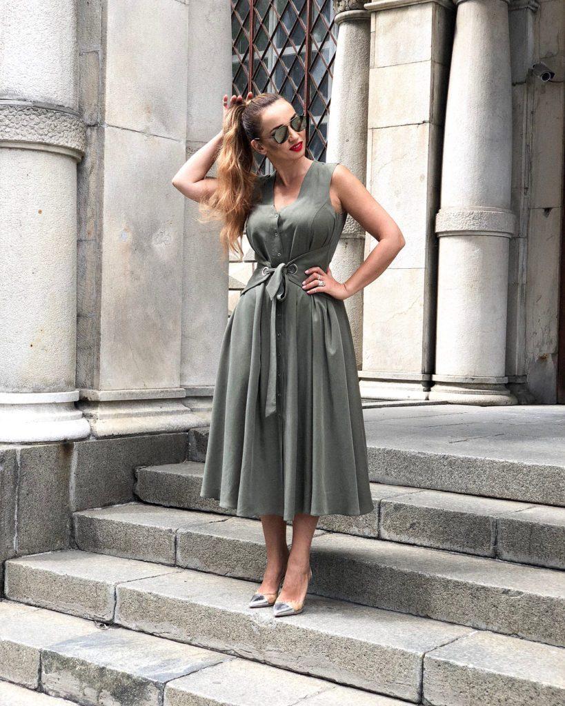 Анфиса Чехова в сером платье и открытых туфлях