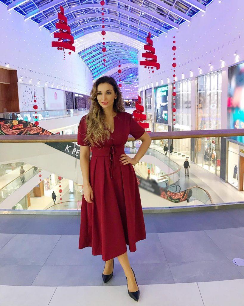 Анфиса Чехова в красном платье