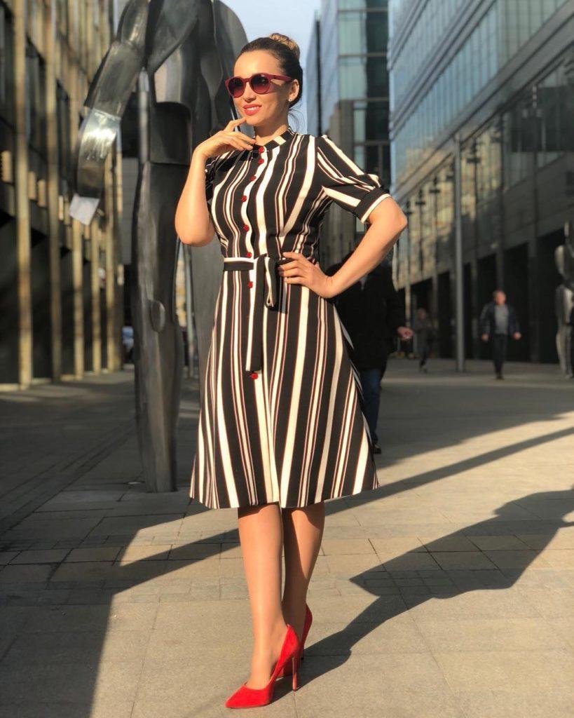Платье в вертикальную полоску и яркие туфли на Анфисе Чеховой