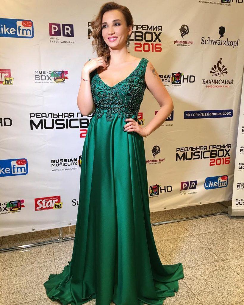 Анфиса Чехова в зелёном платье