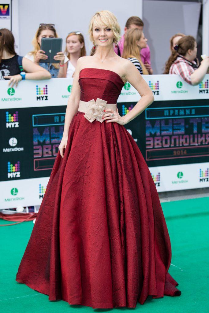 Певица Валерия в бордовом платье