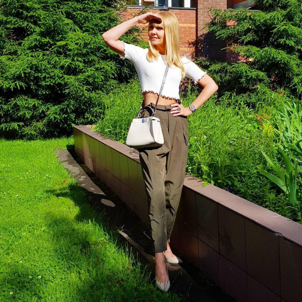 Валерия в брюках цвета хаки