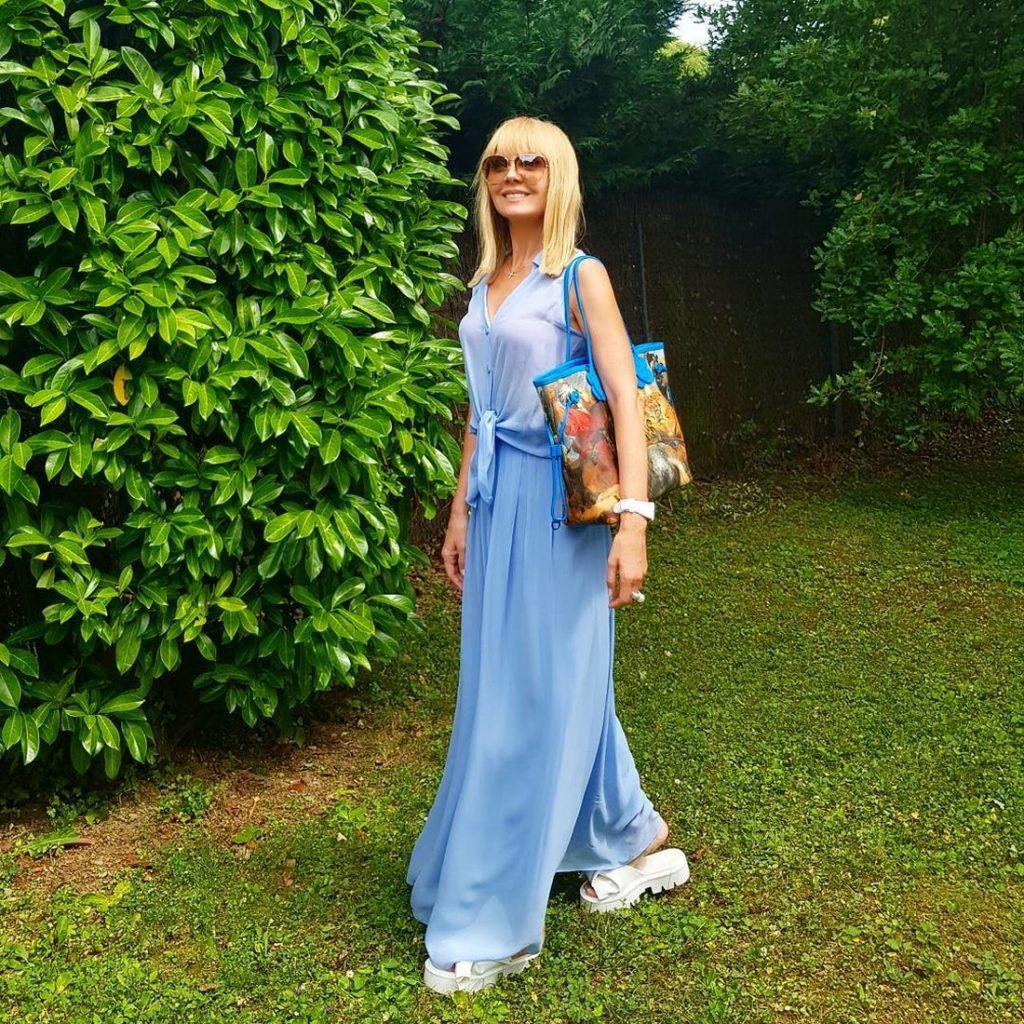 Валерия в лёгком платье и массивных босоножках