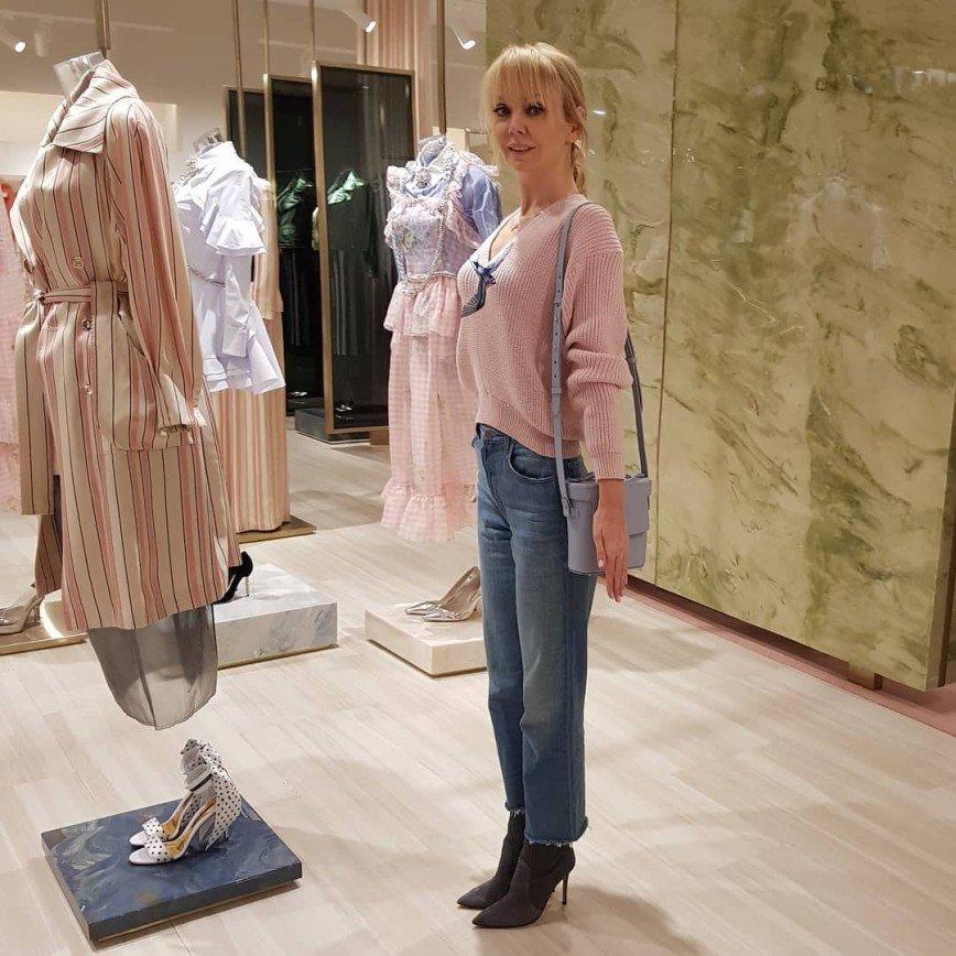 Образ Валерии в джинсах и свитере