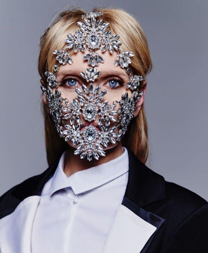 Валерия в маске из кристаллов