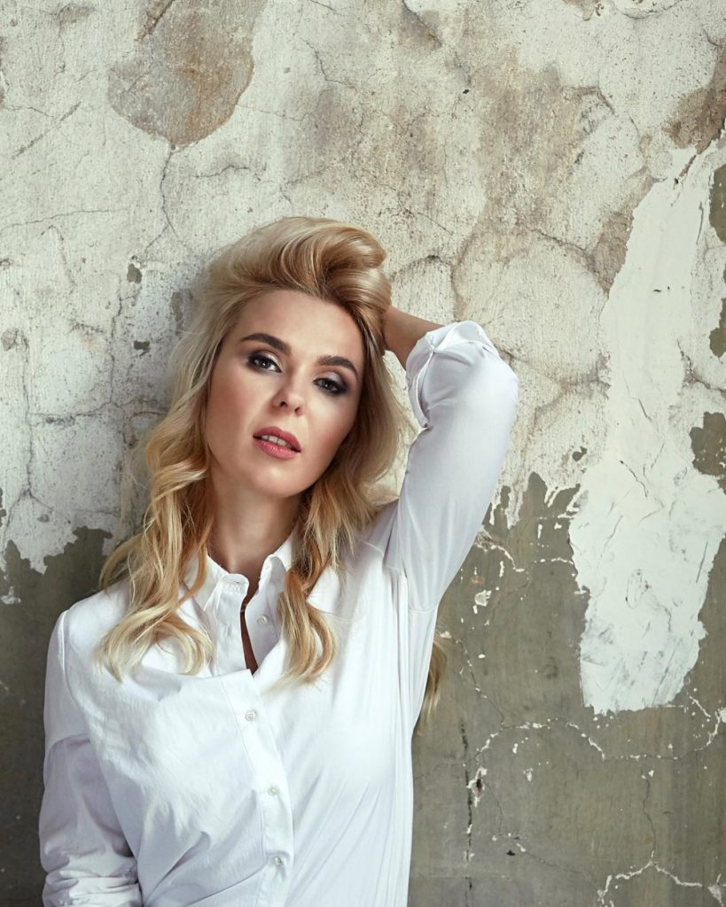 Пелагея в белой рубашке