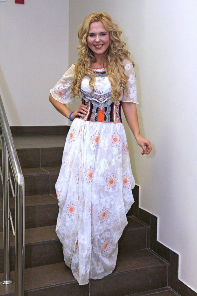 Пелагея в светлом узорчатом платье
