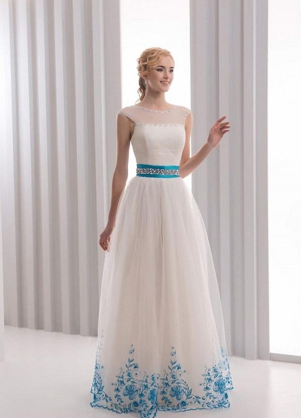 Белое платье с голубой вышивкой