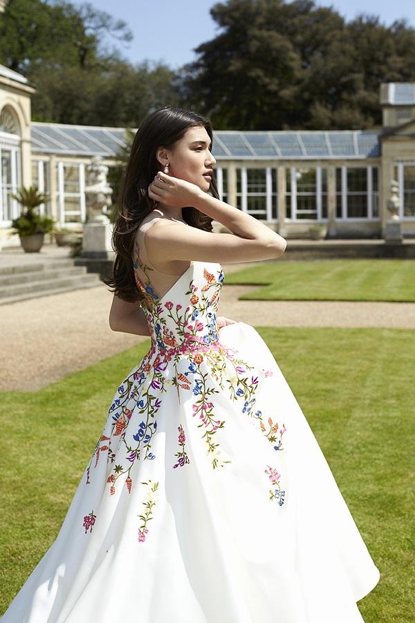 Свадебное платье с разноцветной вышивкой