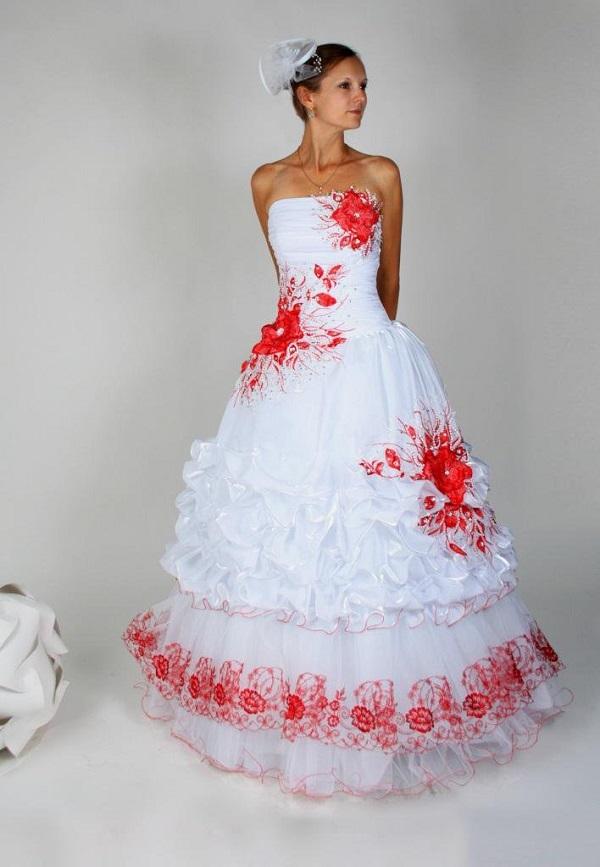 Свадебное платье с красными лентами