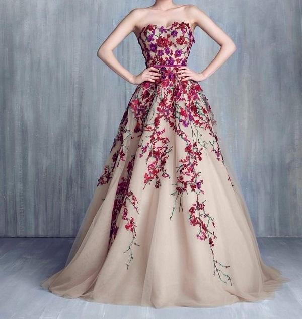 Пурпурная вышивка на свадебном платье