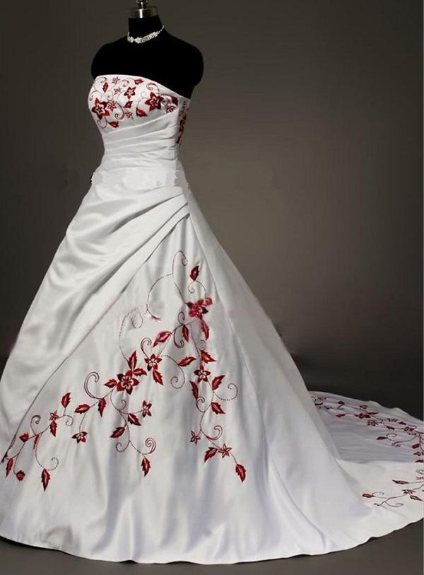 Классическое белое свадебное платье с вышивкой