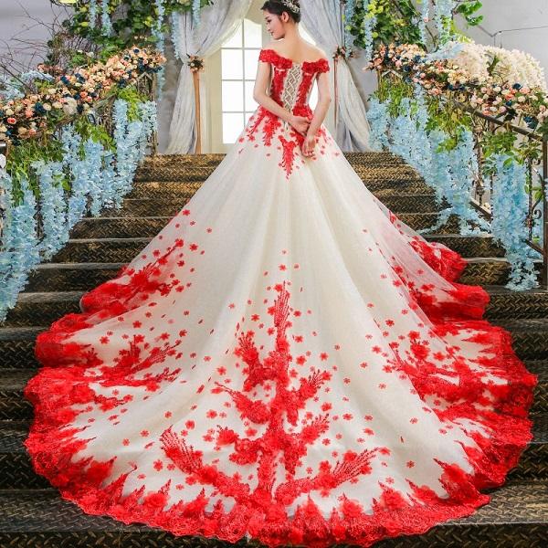Роскошное свадебное платье с алой вышивкой