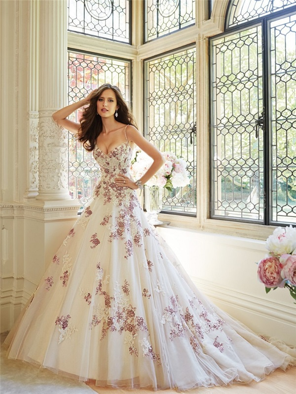 Светлое платье с двухцветной вышивкой