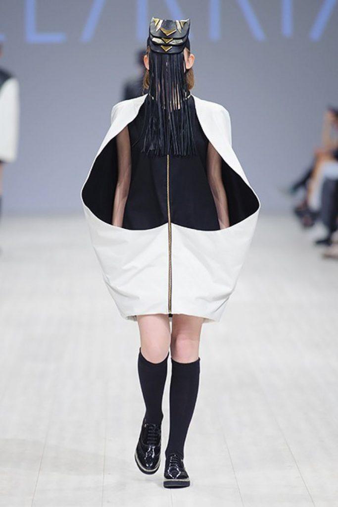 Чёрно-белый наряд на модели