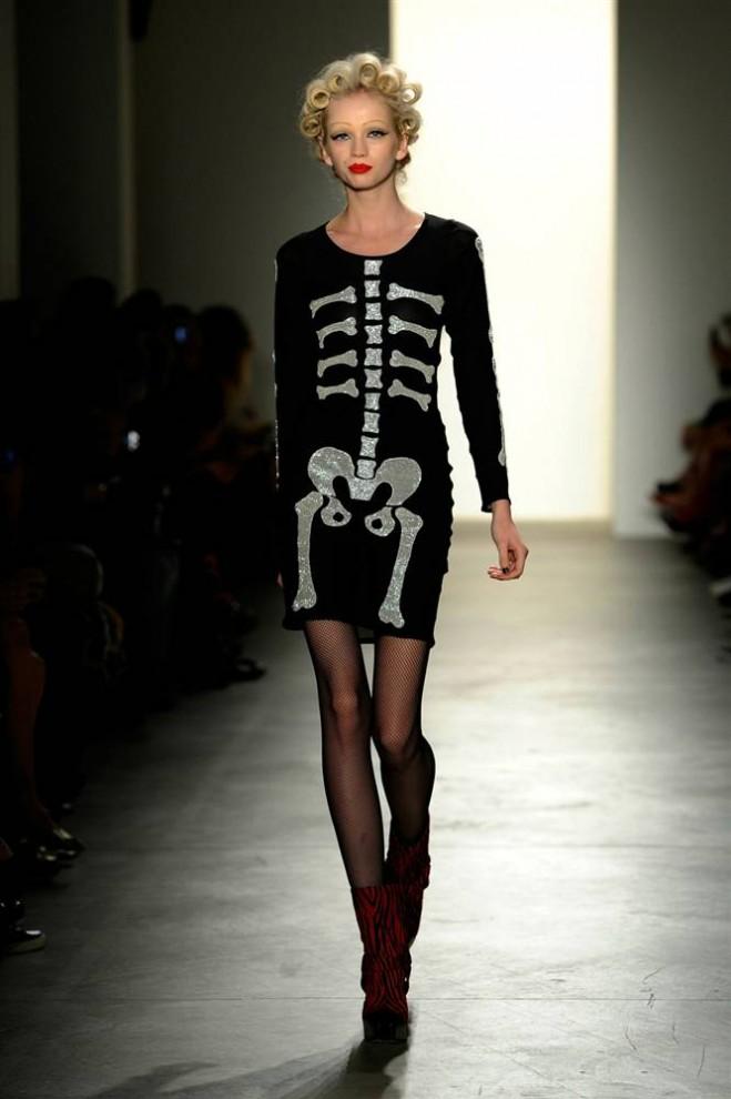 Чёрное платье на модели