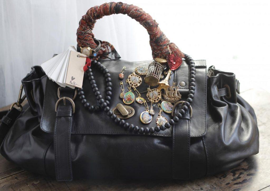 Старая сумка, украшенная платком и значками