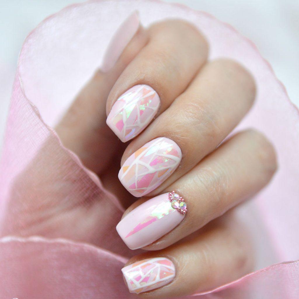 Свето-розовый маникюр «битое стекло»