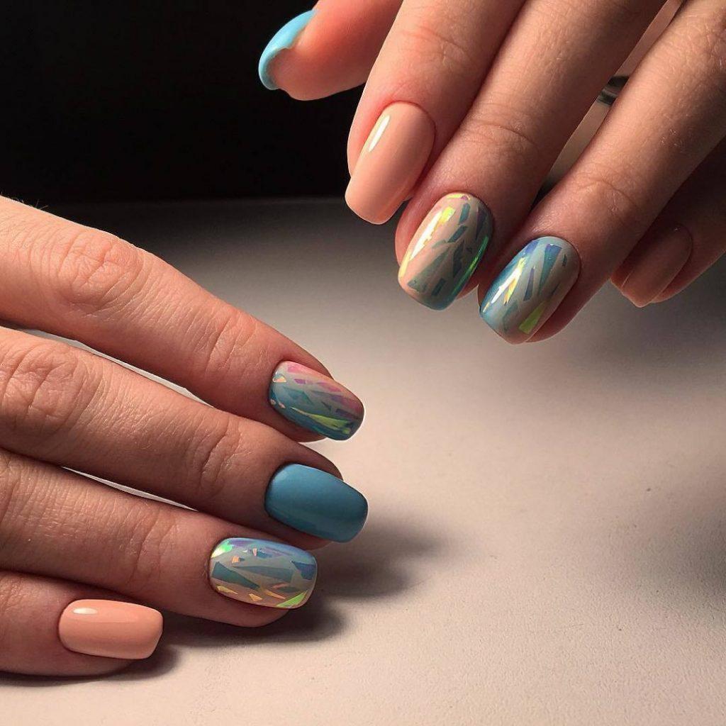 Розово-голубой дизайн ногтей с «битым стеклом»