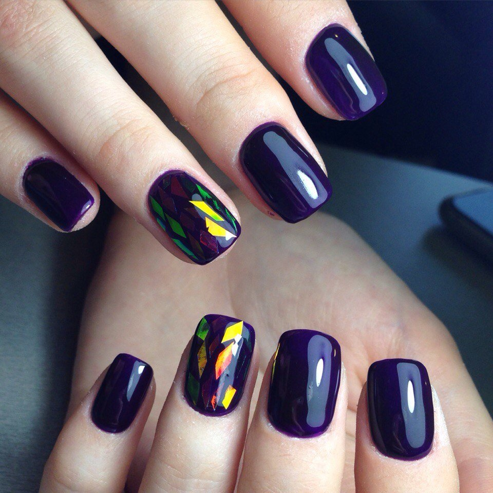 «Битое стекло» с тёмным лаком для ногтей