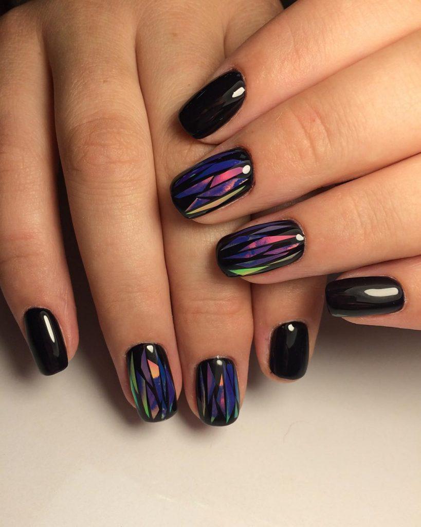 Тёмный дизайн ногтей «битое стекло»