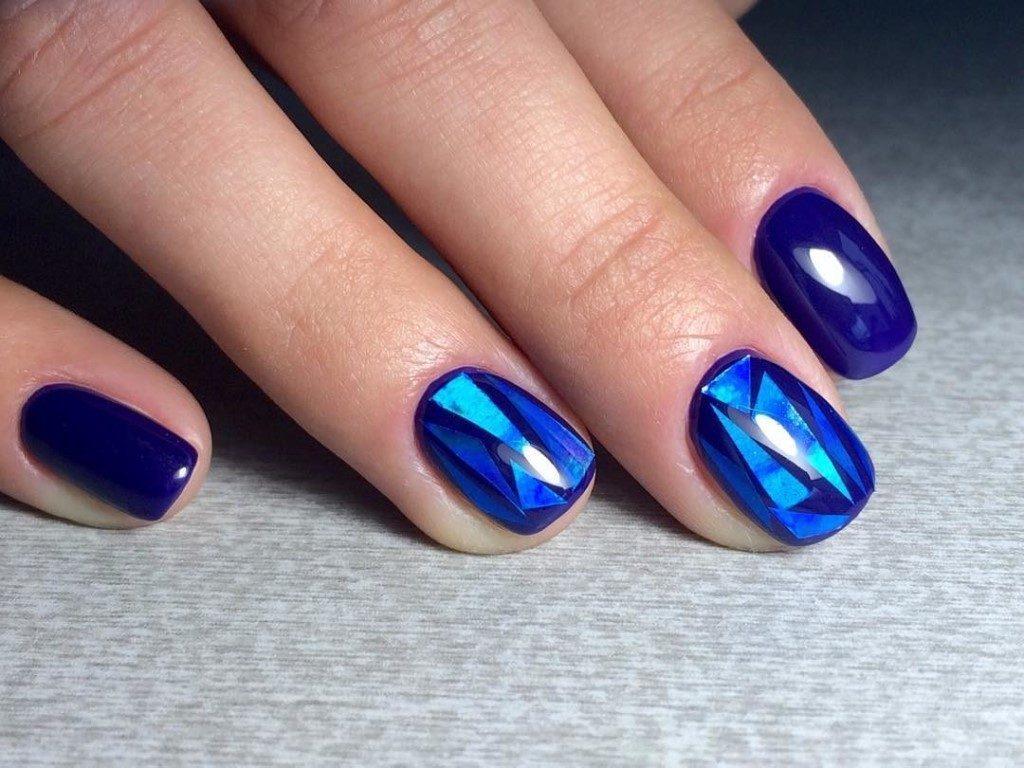 «Битое стекло» на синем фоне