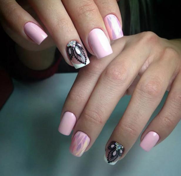 Сочетание чёрного и розового в маникюре с «битым стеклом»