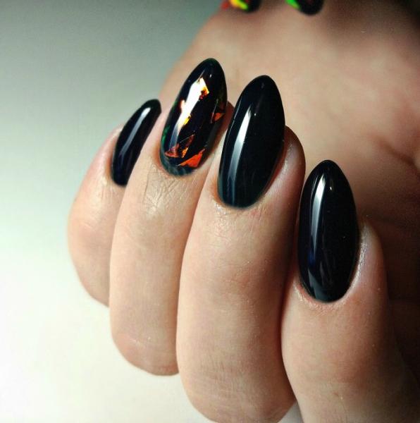 Тёмный дизайн ногтей с «битым стеклом»