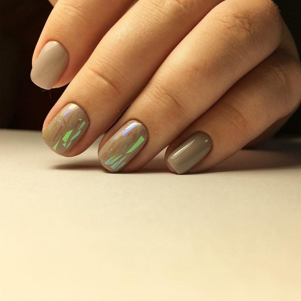 Стиль нюд с «битым стеклом» на коротких ногтях